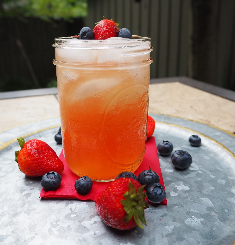 raspberry-lemonade-whiskey-cocktail