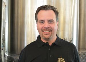 Bruno Stoller, der gerne an neuen Bieren tüftelt, freut sich auf die Zusammenarbeit. «Das wird spannend, die neuen Biersorten zu erarbeiten.» Bild: Nathalie Günter