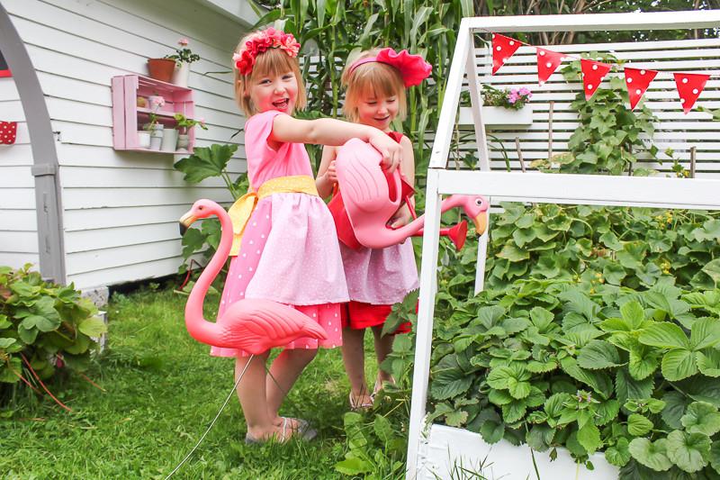 lekstuga färgglad med trädgård