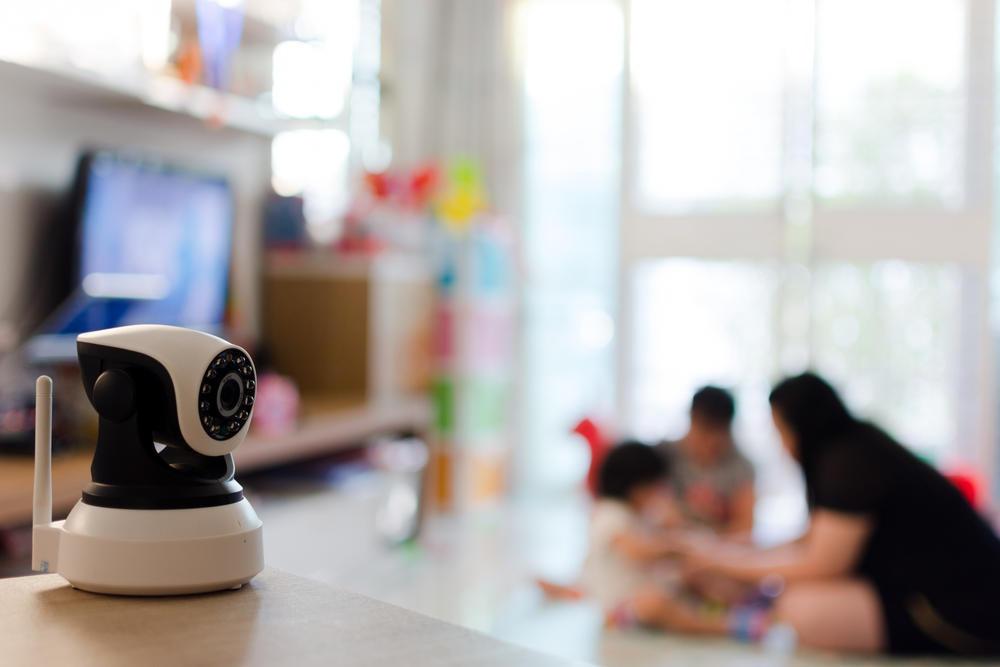 Поставена камера во домот, за надзор на дадилката и нејзиното однесување со децата