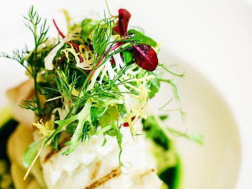 דג ברוטב מנגולד ופטריות