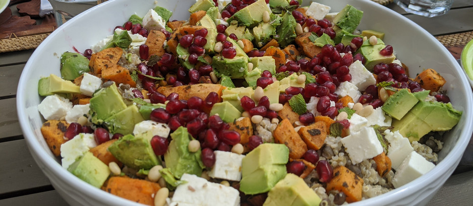 Salade avocat - patates douces parfumées - feta - grenade - lentilles - quinoa - pignon