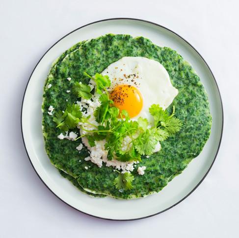 Energijos užtaisas pusryčių lėkštėje: lietiniai su špinatais, feta ir keptais kiaušiniais