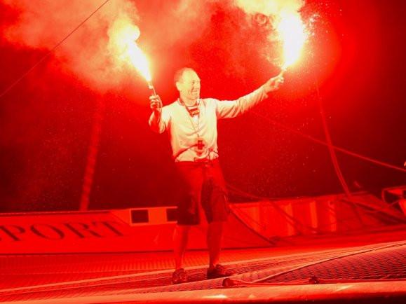 Francis Joyons célébrant sa victoire à la Route du Rhum