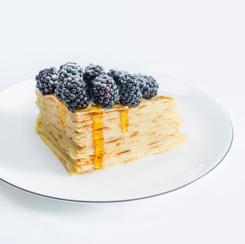 Lėtiems ir lepiems savaitgalio pusryčiams – medumi pateptas lietinių tortas
