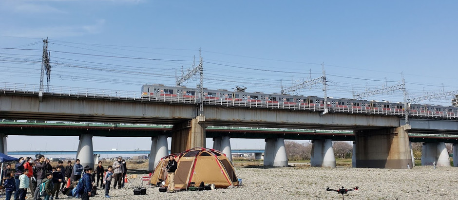 多摩川河川敷においてドローン・デモ飛行と操縦体験会を実施
