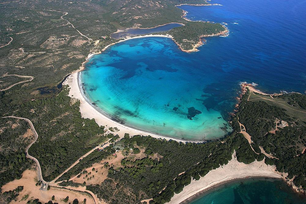 Baie de rondinara en corse, sable fin et eau turquoise