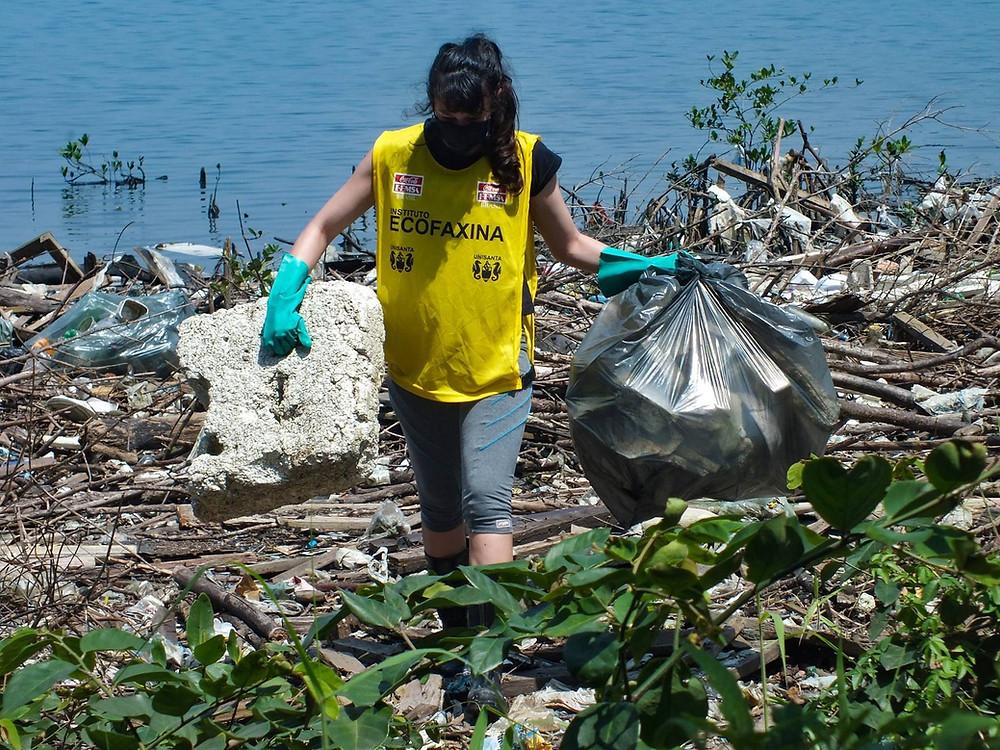 Voluntária retirando embalagens e fragmentos de isopor do manguezal durante a 118ª Ação Voluntária EcoFaxina. Foto: William R. Schepís/Instituto EcoFaxina