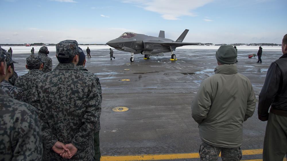 ภาพเครื่องบินขับไล่ล่องหน Lockheed Martin F-35A Lightning II ของกองกำลังป้องกันตนเองทางอากาศญี่ปุ่น ที่ฐานทัพอากาศมิซาว่า เนื่องในโอกาสเปิดตัวเครื่องลำแรกที่เข้าปฏิบัติการณ์