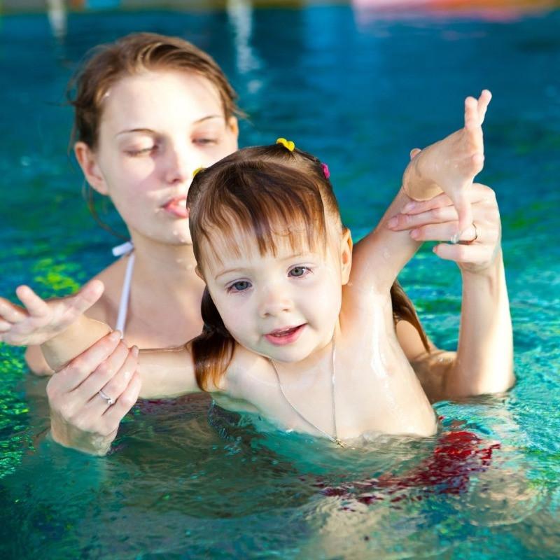 אמא ובת בשיעור שחייה