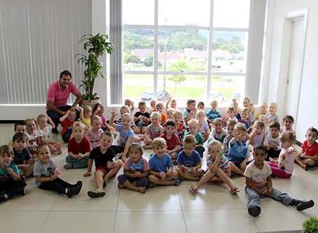 Crianças visitam o Centro Administrativo