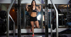 trabalhe suas batatas da pernas em um exercício unilateral