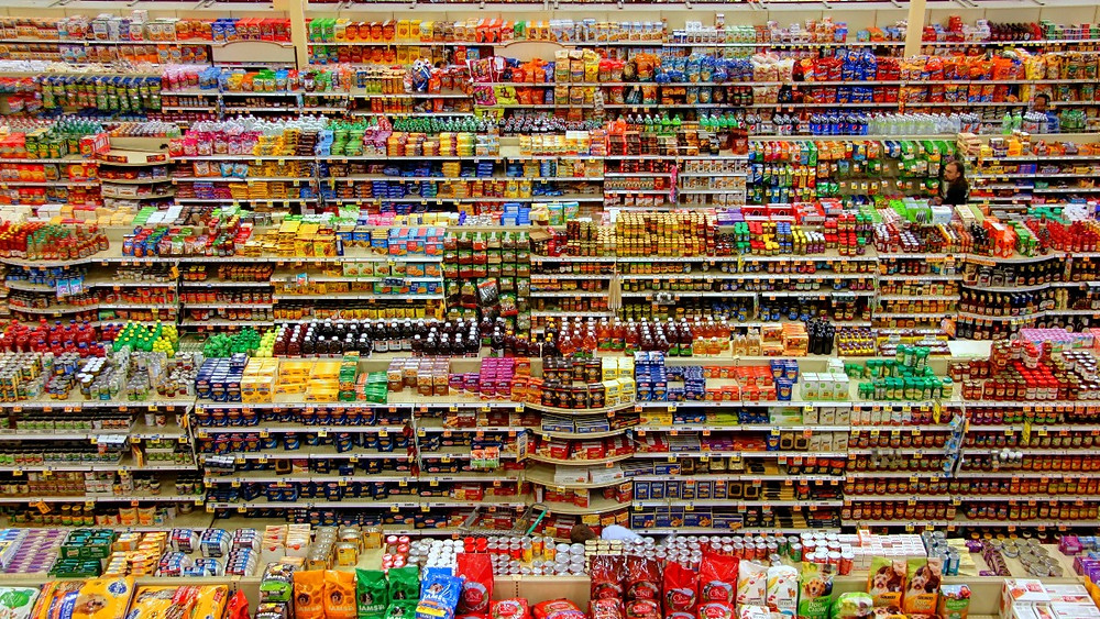 A supermarket full of colorful products displayed on shelves. How to choose the best products and find sustainable brands?