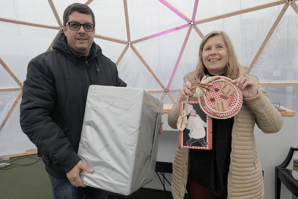 Presidente da ACIC, Ronaldo de Paula, com a artesã Márcia Cristina Duprat - que confeccionou um porta-panelas com material de reaproveitamento e elementos naturais, foi a vencedora da exposição  de trabalhos exclusivos para o evento e doou o prêmio para a Apae Canela.