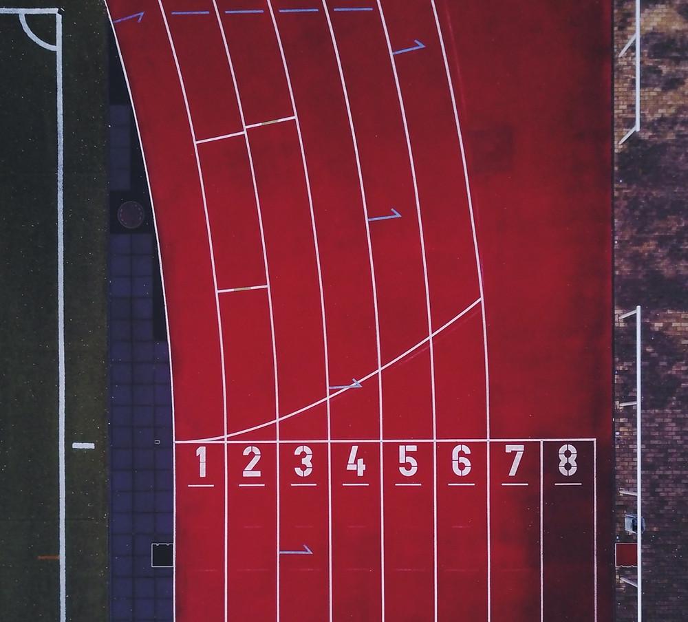 Linea di partenza di una pista per la corsa, la staffetta, la corsa a ostacoli di colore rosso