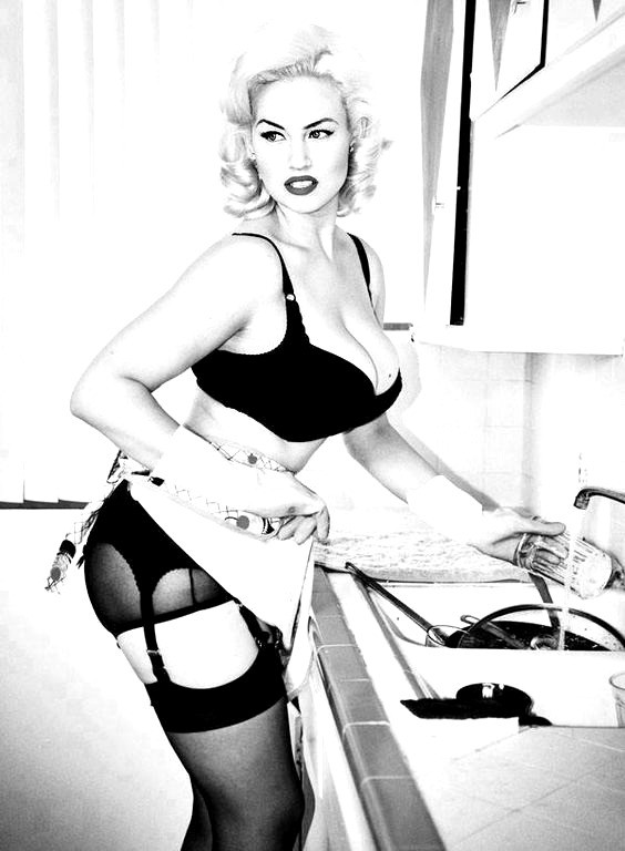 Black-and-white-photo-of-sexy-blonde-pinup-in-kitchen
