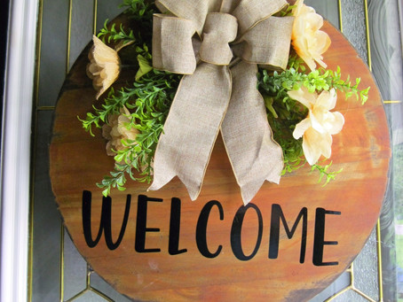 How to create a trendy wooden door sign to welcome your guests.