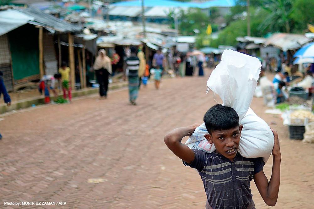 Los sucesos repentinos, como el desplazamiento en masa de los rohinyás de Myanmar, suponen un reto para el algoritmo. Un joven transporta víveres y materiales en el campo de refugiados de Kutupalong.MUNIR UZ ZAMAN / AFP