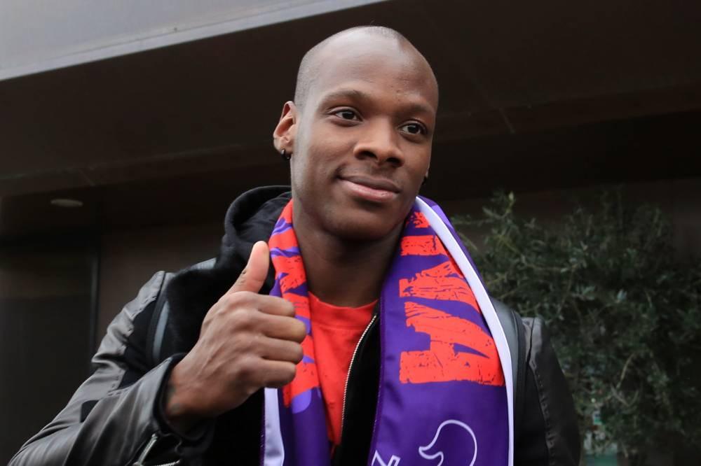 Bryan Dabo, pouce levé, semble à peu près heureux d'avoir signé à la Fiorentina