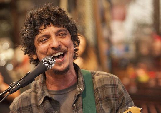 Pedro Luís faz show nesta sexta em Niterói com transmissão ao vivo