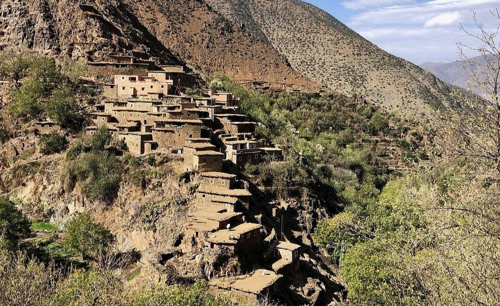 Berberská vesnice na úbočí.