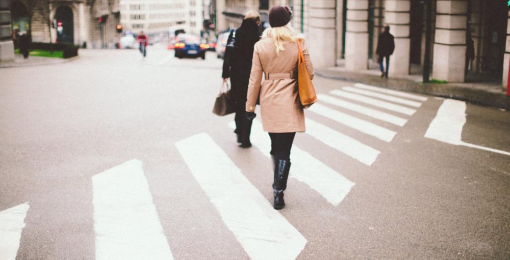 Pani na pasach, kobieta przechodzące przez  pasy