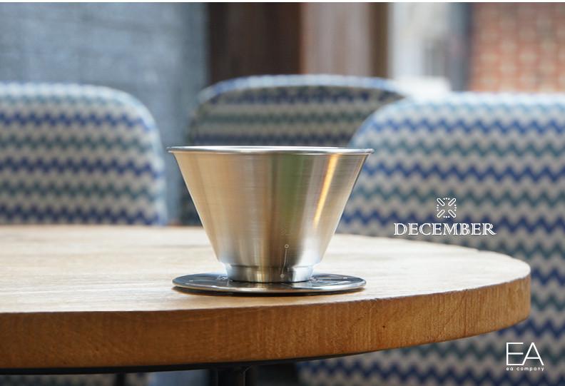 December Coffee Dripper咖啡濾杯在2018年4月11日正式在kickstarter上進行融資,係由美國咖啡大師Nicholas Cho和韓國咖啡大師Youngmin Lee攜手開發的,一個真正由專業咖啡發明嘅濾杯,設合不同咖啡友嘅玩法,沖出不一樣嘅咖啡!!