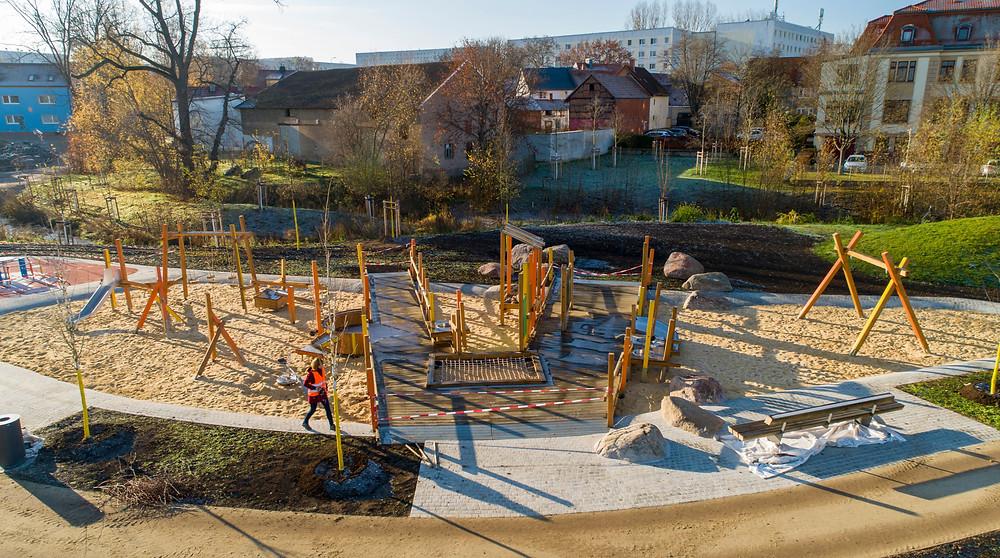 Luftaufnahme eines Kinderspielplatzes