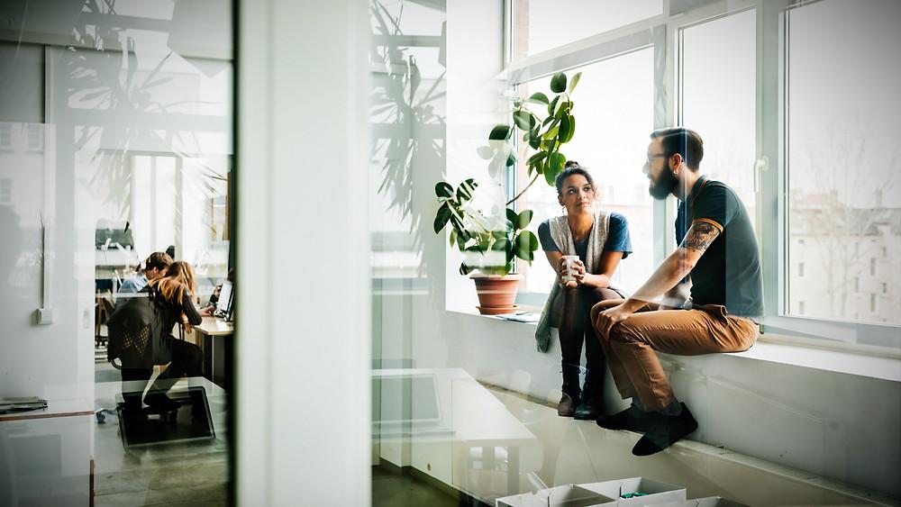 reforma de diseño de oficina con zona de relax informal