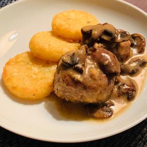 Boulettes de volaille, sauce aux champignons et galettes de pommes de terre