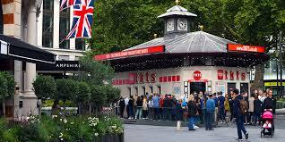 Londres: Quiosque da TKTS na Leicester Square, com filas.
