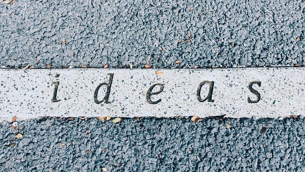 ideas, Schriftzug auf einem Seitenstreifen der Straße