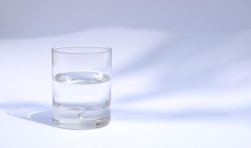 Πόσο νερό πρέπει να πίνω σύμφωνα με την ηλικία και το φύλο μου;