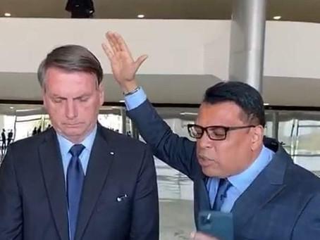 Ap. Renê Terra Nova ora pelo PR. Jair Bolsonaro em Brasília-DF, ao lado Pastores de todo o Brasil