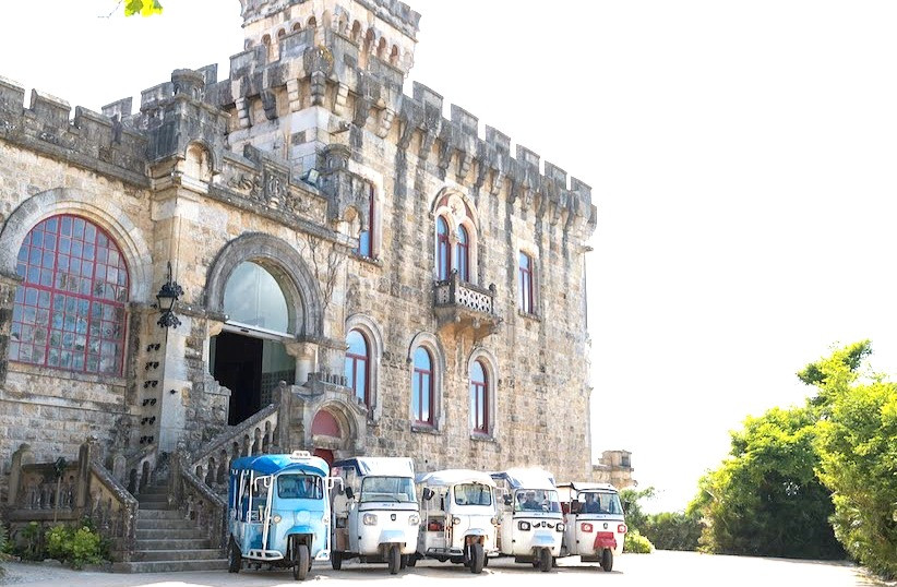 Forte Da Cruz Portugal has a convenient and large parking lot for your event.  Giving the possibility to go by tuk tuk, car or van. Your choice.  On this destination wedding in Portugal, the guests chose Tuk Tuks. Lisbon Wedding Planner organized the Tuk Tuks trips.