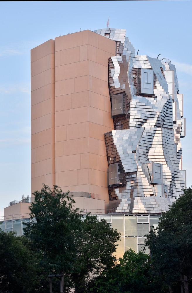 Fransa'nın Arles şehrinde Frank Ghery tarafından tasarlanan Luma Arles kampüs inşaatından gelen fotoğraflar, yapının ortaya çıkmaya başladığını gösteriyor.