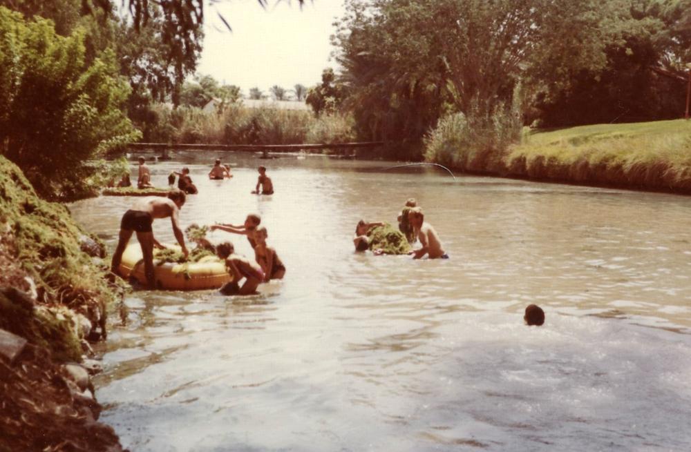 תמונה 3 חברי הקיבוץ בגיוס להוצאת בוץ וסחף באחד הגיוסים ב-1983. כולם מתגייסים למשימה.