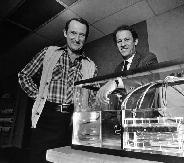 Seymour Cray (left) and Cray Research CEO John Rollwagen with a Cray-2 cooling model