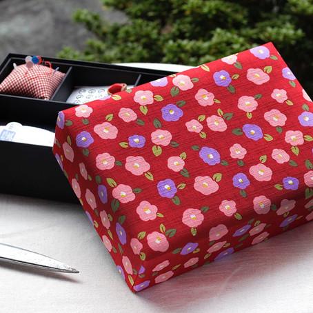 赤いツバキ柄の裁縫箱