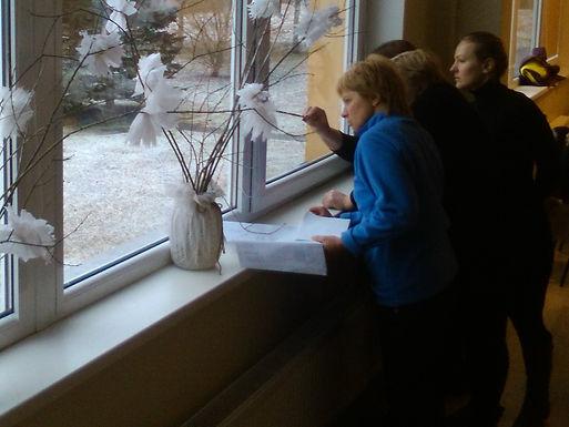 Eksperti apskata dārza vietu pie Bilskas pamatskolas