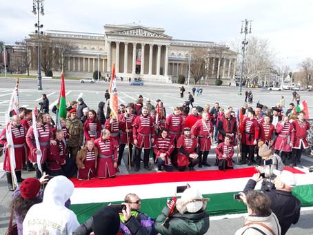 1848 önkéntes vitte az 1848 méter hosszú magyar zászlót