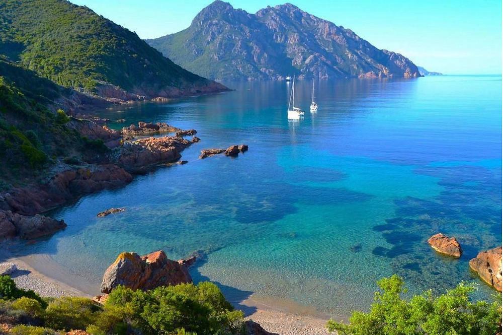 Baie de Girolata en corse, idéale pour jeter l'ancre ce été