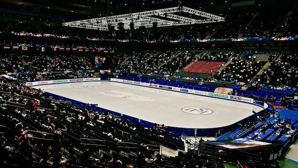 Εξαιρετική η ατμόσφαιρα στην Saitama Super Arena κατά τη διάρκεια του σύντομου προγράμματος στα ζευγάρια στην πρεμιέρα του Παγκοσμίου πρωταθλήματος