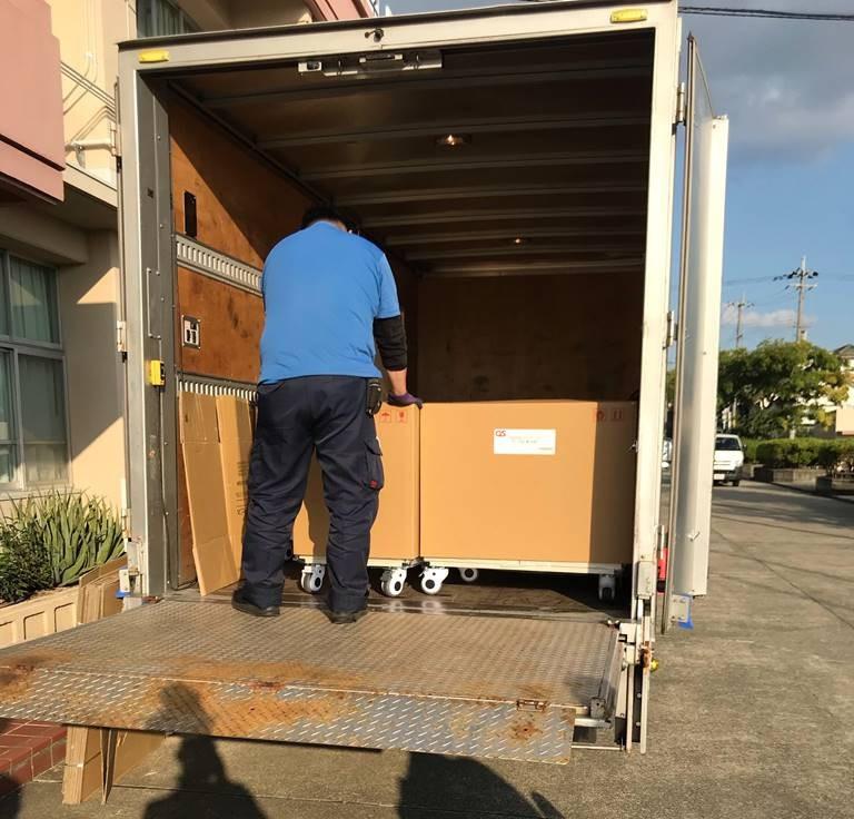 収納キャビネット / タブレット保管庫の配送設置の作業が開始