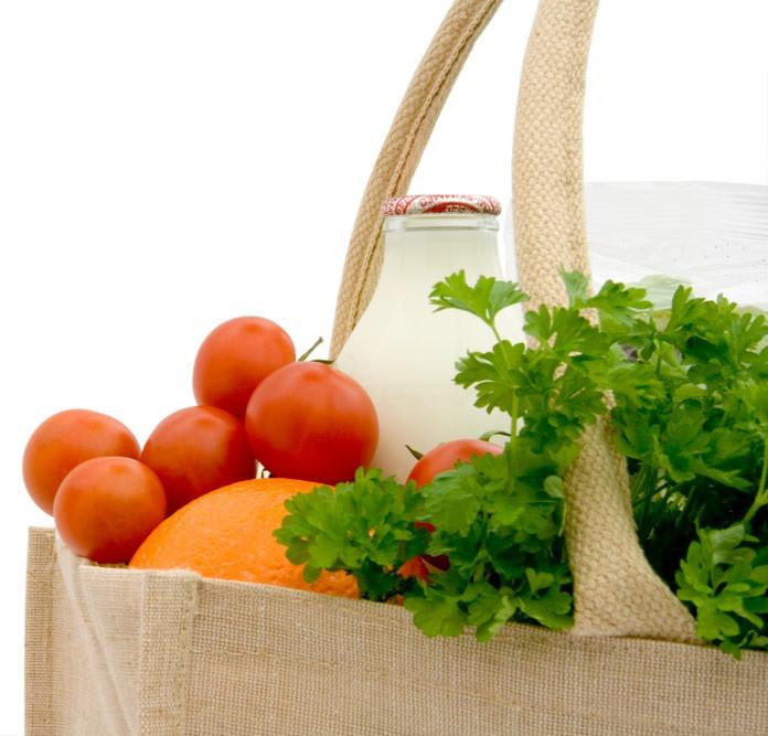 Dieta Efectiva para Bajar de Peso - Cesta de la compra llena de productos naturales