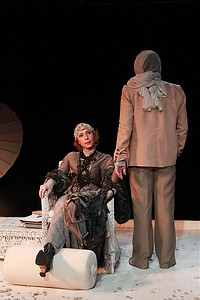 Андрей Ильин и Юлия Рутберг в спектакле «Крик лангусты», фото Кристины Бабаевой