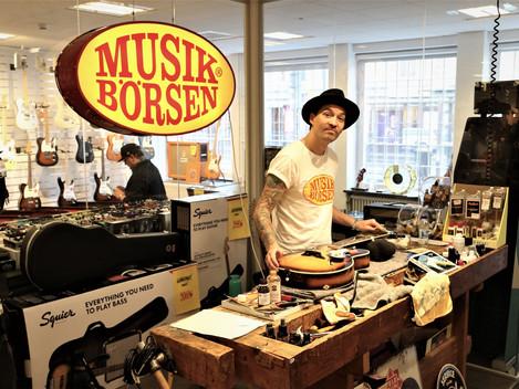 Simon justerar upp alla gitarrer i butiken så du får en så bra gitarr som det är möjligt.