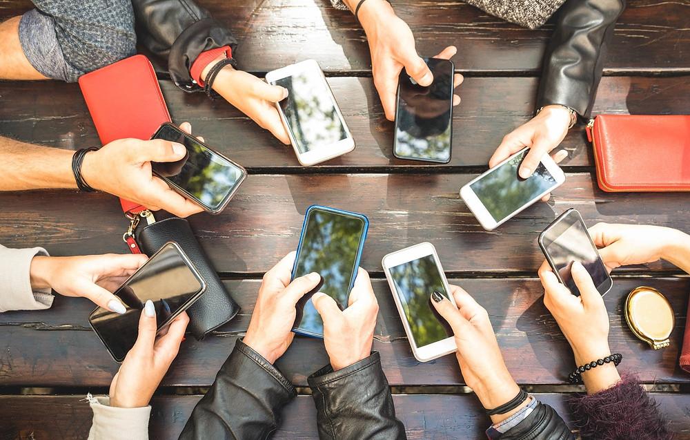 Manos con celulares.