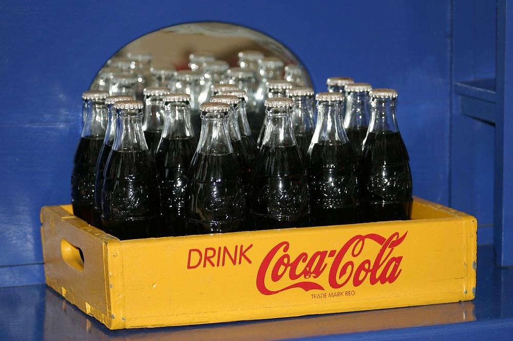 Caja con botellas de Coca-Cola.