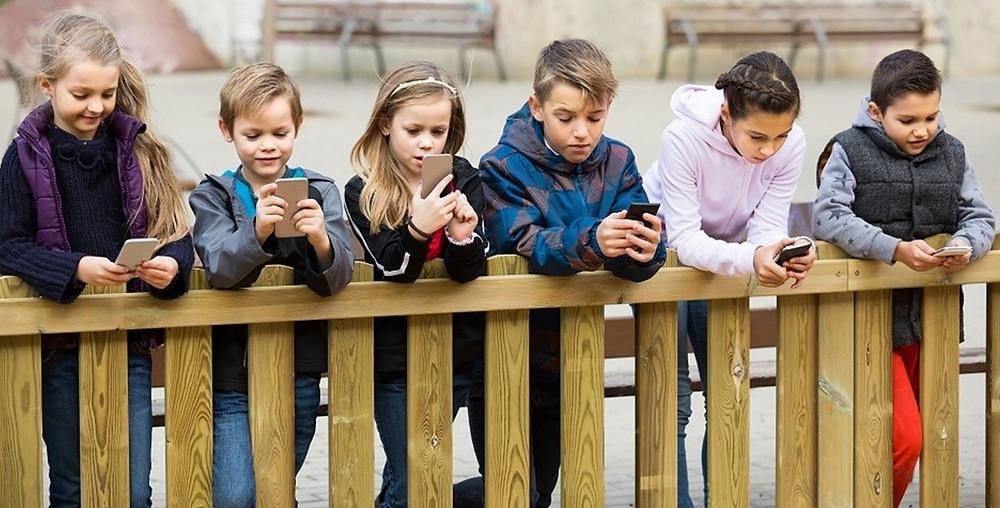 Niños con celular.
